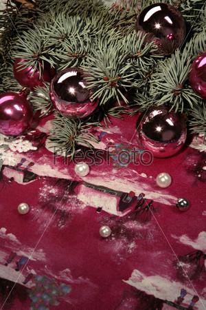 Красные новогодние шары с елочными ветками и бусинами