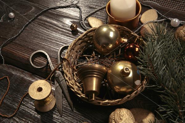 Желтые новогодние шары с колокольчиком в плетеной корзине