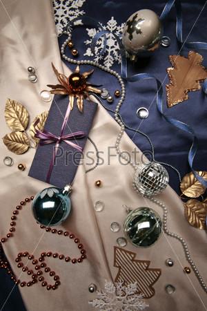Подарочная упаковка, новогодние шары, елочные аппликации и декоративные снежинки
