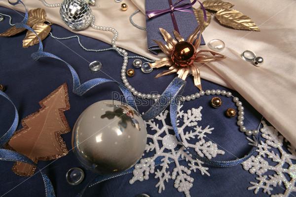 Елочная аппликация, белый новогодний шар, декоративные снежинки