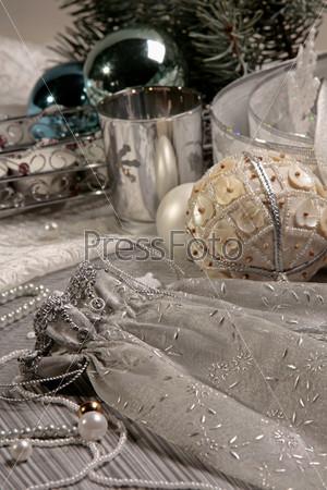 Белый декоративный мешочек, новогодние шары и железная кружка