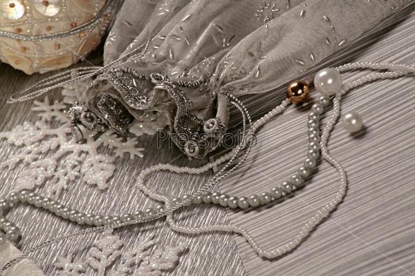 Белый декоративный мешочек, снежинки и бусы