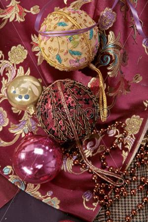 Красные и желтые новогодние шары, бусы