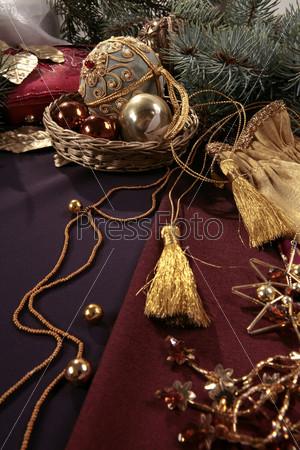 Елочные шары в плетеной корзинке, елочные ветки, желтые кисточки на веревочке