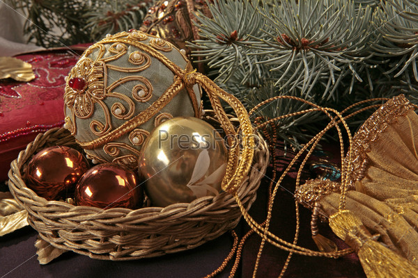 Елочные шары в плетеной корзинке и елочные ветки