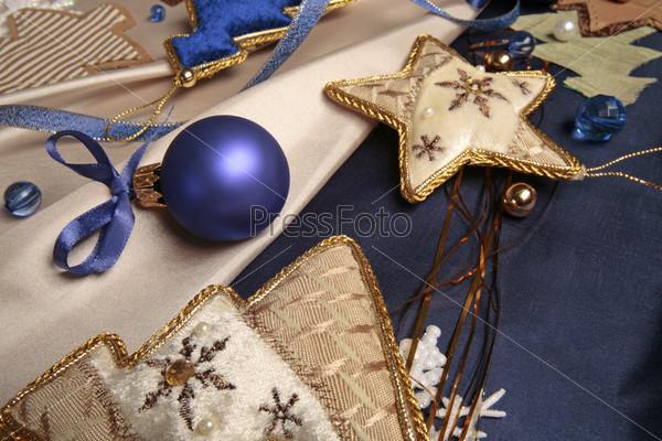 Синий новогодний шар с бантиком, аппликации в виде елок и звезды