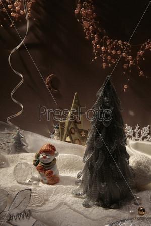 Композиция из елки, снеговика, месяца и домика
