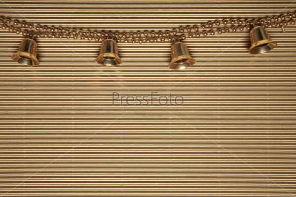 Желтые колокольчики на цепочке