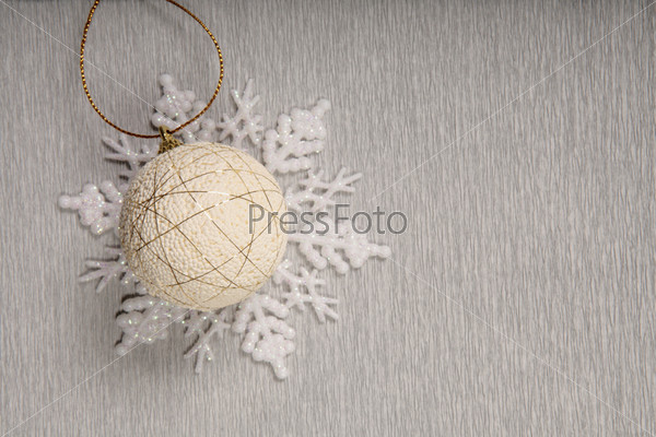 Белый новогодний шар на декоративной снежинке