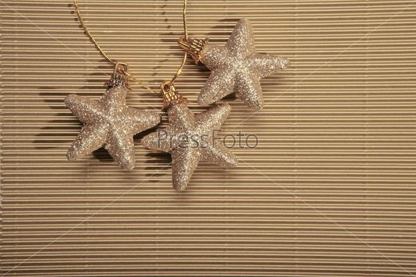 Три новогодние звездочки на желтой веревочке