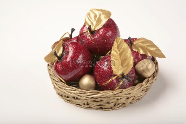Красные яблоки с золотыми листочками в желтой плетеной корзинке