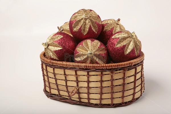 Новогодние шары в виде клубники в плетеной корзине