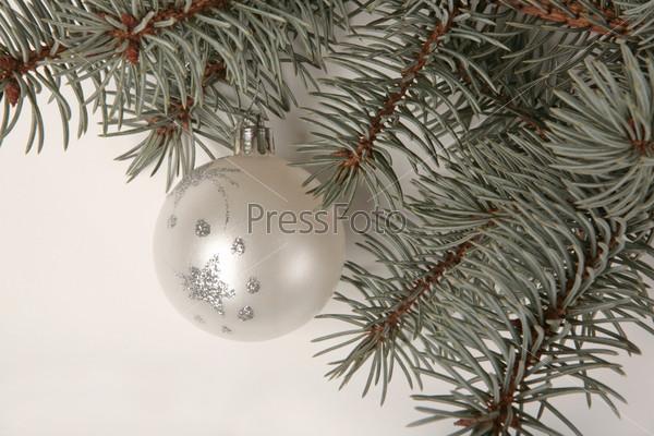 Белый новогодний шар на елочной ветке