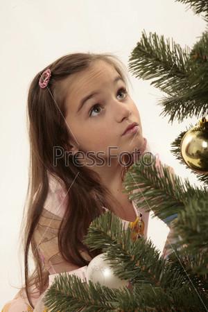 Девочка, смотрящая вверх на елку
