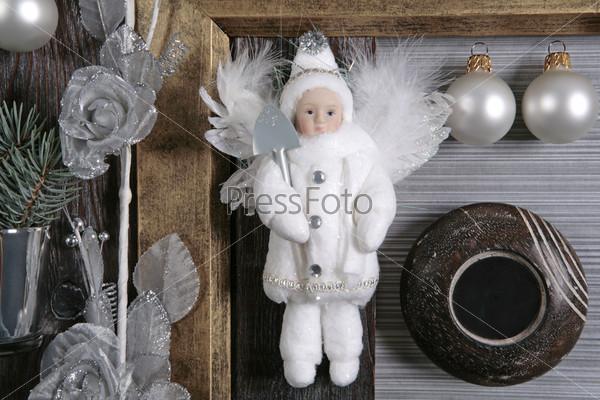 Снежный ангел с маленькой серебристой лопатой, подсвечник, серебряные шары, роза