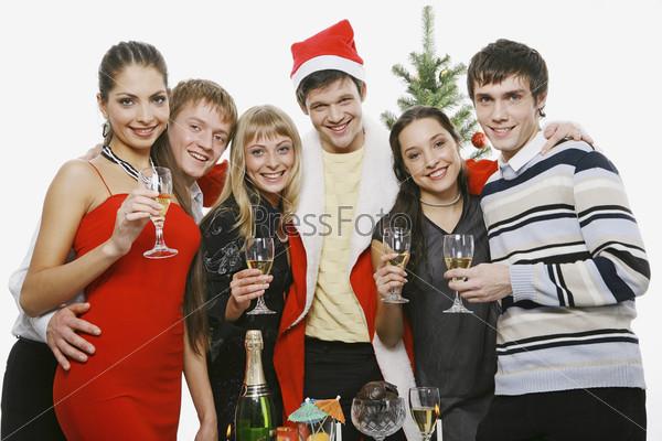 Молодые люди с бокалами шампанского
