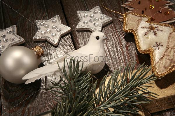 Белый голубь, серебряные звезды, еловая ветка, игрушечная елка