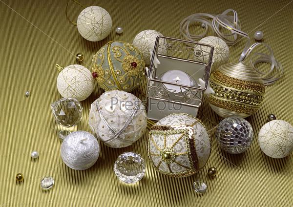 Новогодние шары, бусы, хрусталь и горящая свеча