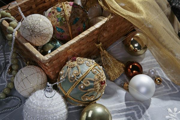плетеная корзина с  золотой кисточкой, расшитые елочные шары