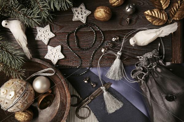 белые голуби, еловая ветвь, деревянное блюдце с елочными украшениями