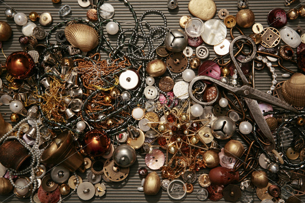 Ножницы на перемешанных пуговицах, бисере, бусинах, шарах
