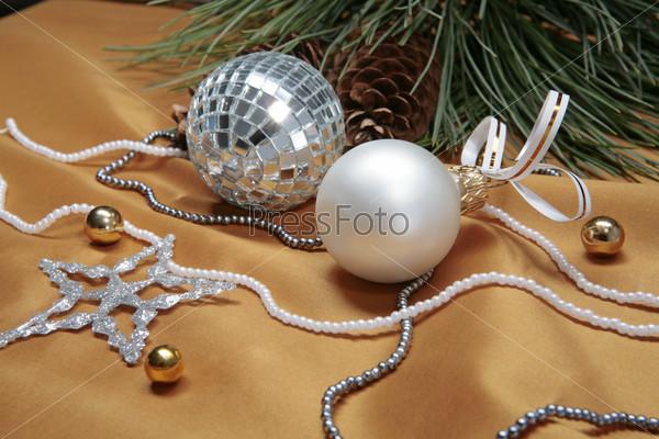 Еловая ветка, шишка, стеклянный шар, бусы, звезда