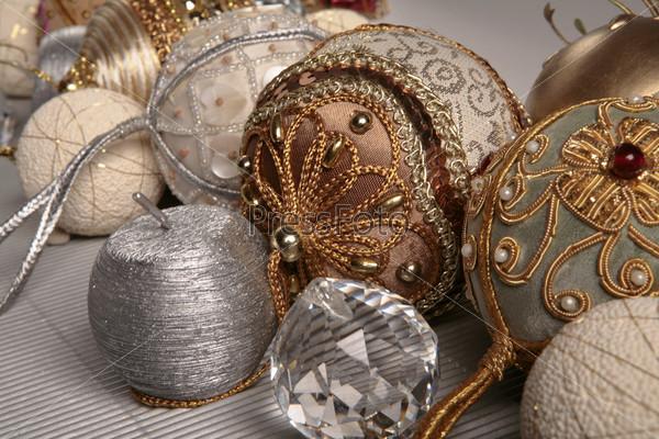 декоративные елочные шары, серебряная свеча, хрустальная бусина