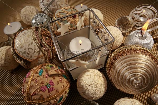 Горящие свечи, вышитые бисером шары