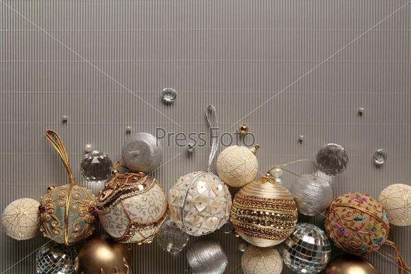 Расшитые бисером и пайетками елочные шары на сером фоне