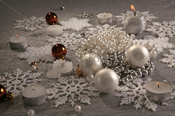 Серебряные шары и горящие свечи, снежинки, гора серебристых бус