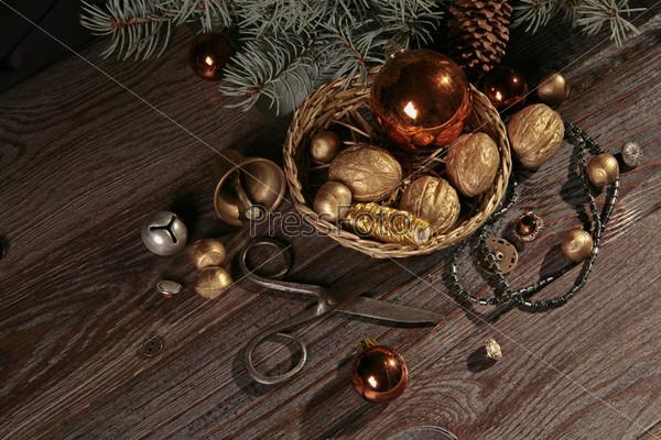 Старые ножницы, плетеная корзинка с позолоченными орехами и катушкой золотых ниток, еловая ветвь