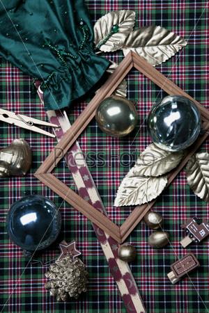 деревянная рамка, шишка, зеленый атласный мешочек, золотые листья, шары