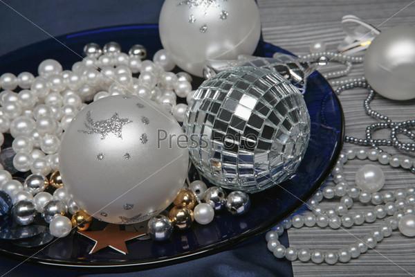 Композиция с жемчужными бусами и новогодними шарами на синей тарелке