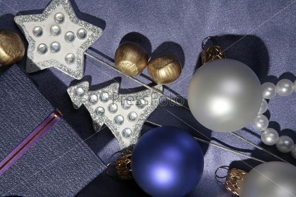 матовые синий и белый шар, серебристые звезда и елка, позолоченный фундук