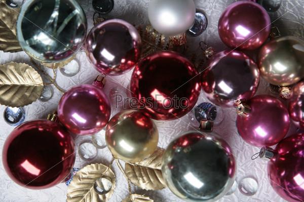 Фотография на тему Пурпурные стеклянные шары на позолоченных листьях