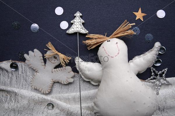 Белые тряпичные фигурки с соломенными волосами и серебристой елкой в руках