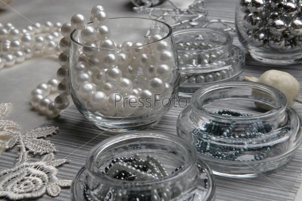 Стеклянные стакан и баночки с жемчужными бусами