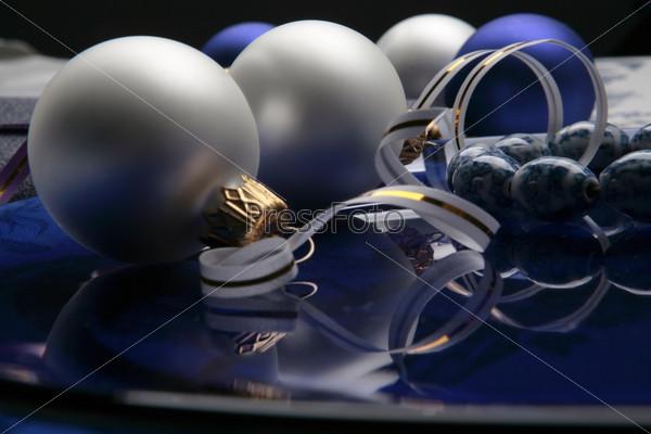 Матовые синие и белые елочные шары и браслет