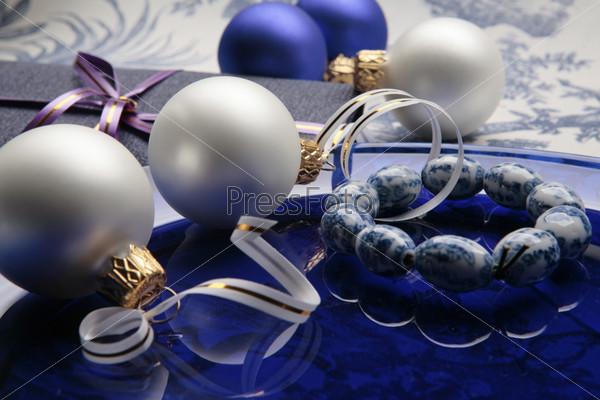 Матовые синие и белые новогодние шары, браслет и подарочная коробочка с лиловой лентой