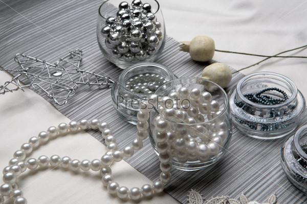 Стеклянные стаканы с жемчужными бусами, серебряная проволочная звезда, две маковые головки