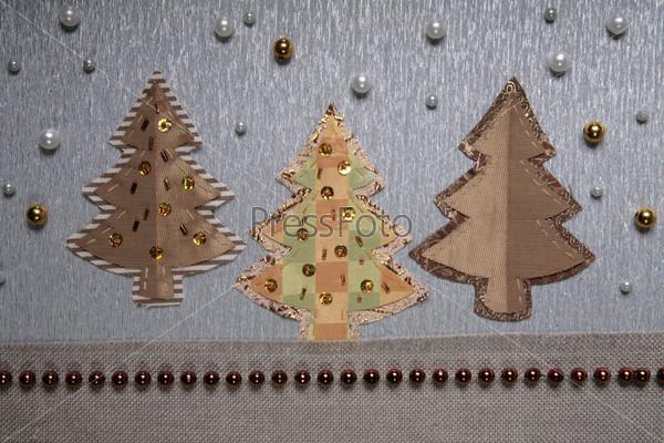 Аппликации в виде трех елок с бусинами