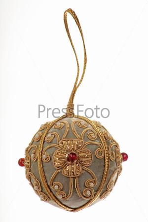 Декоративный елочный шар, расшитый золотыми нитками