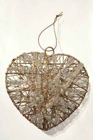 Медное проволочное сердце с бисерными нитями