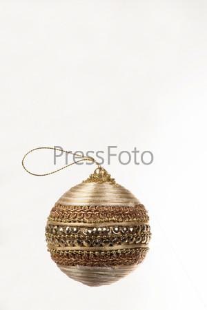 Декоративный елочный шар расшитый золотыми нитками