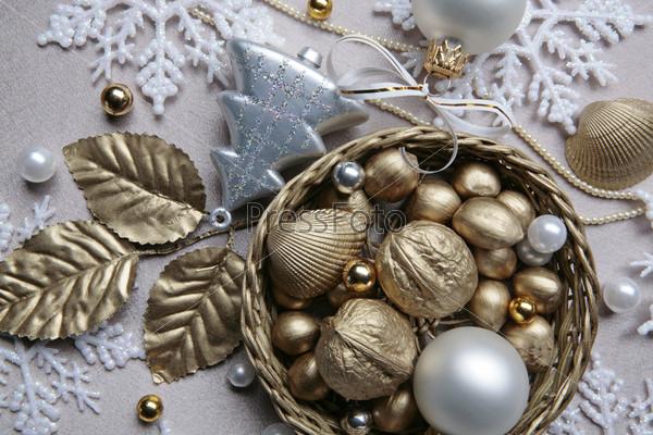 Елочные игрушки, золотые листья, орехи, бусы, снежинки