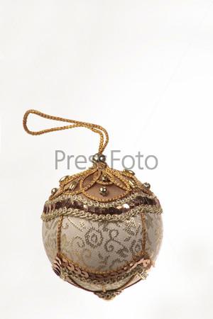 Декоративный елочный шар, расшитый золотыми нитками и пайетками