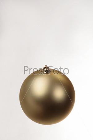 Матовый золотой елочный шар