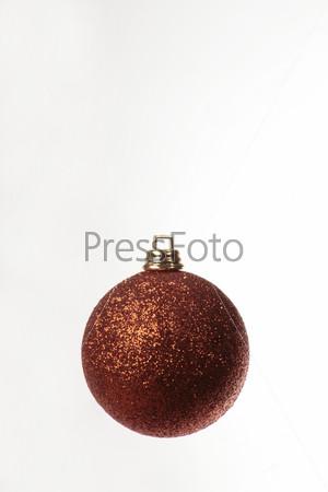 Блестящий оранжевый елочный шар