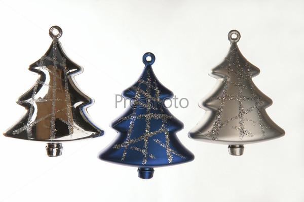 Три цветных новогодних елки
