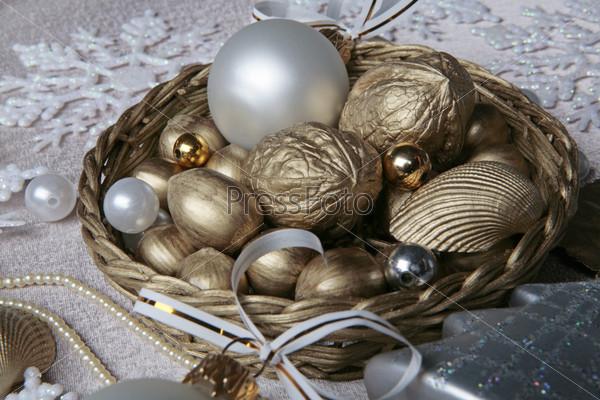 Золотые орехи и бусины в плетеной корзине